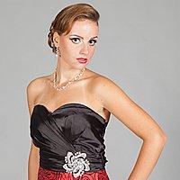 Červená sukňa s čiernym kvetinovým vzorom