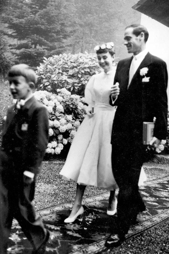 Mala oblečené jednoduché biele svadobné šaty nad kolená s dlhým rukávom a  šité až ku krku zakončené voľným polo-rolákom v lodičkovom ... 2a5032036f0