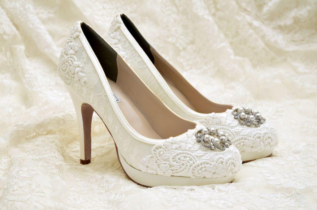 dc139200f2071 Mnoho odborníkov hovorí, že výber topánok na svadbu je oveľa ťažší, ako  výber šiat. Pekné topánky nemusia byť pohodlné, pretože majú príliš vysoký  podpätok ...
